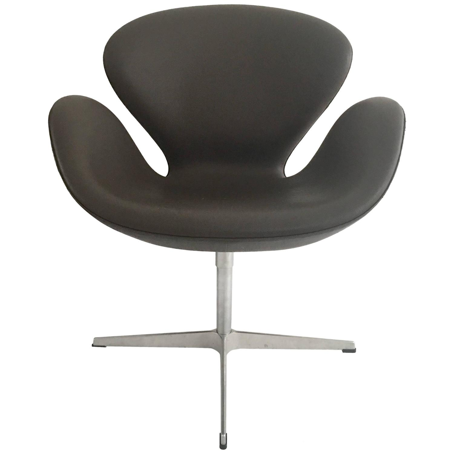 Pair Of Swivel Swan Chairs By Arne Jacobsen For Fritz Hansen Signed At 1stdibs