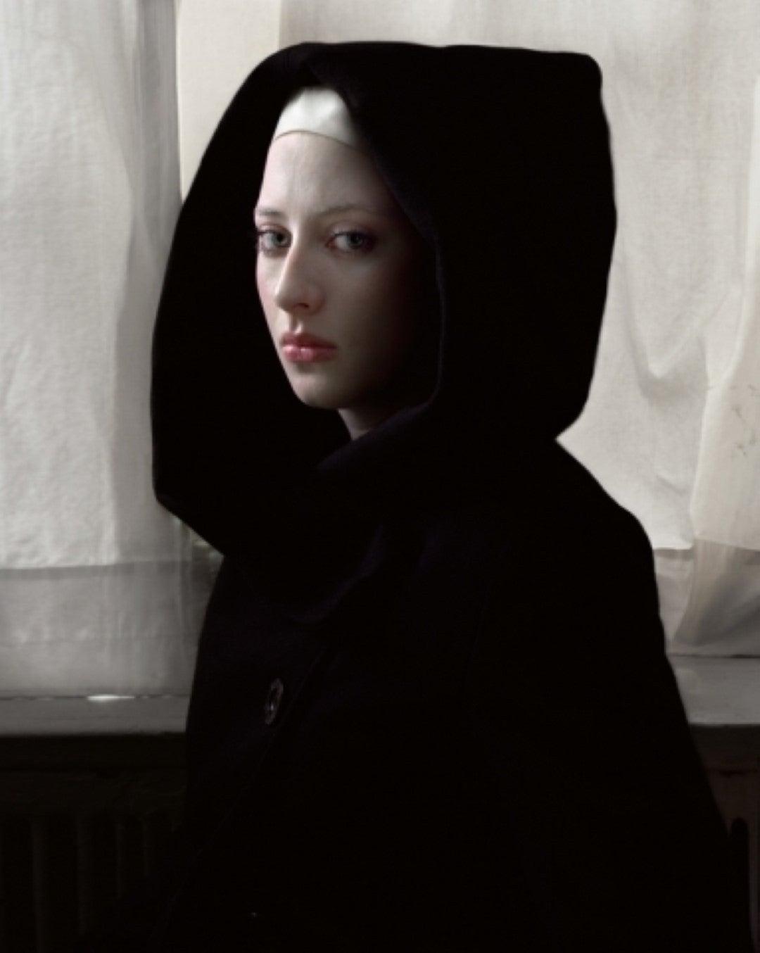 Фото девушек в черной накидке
