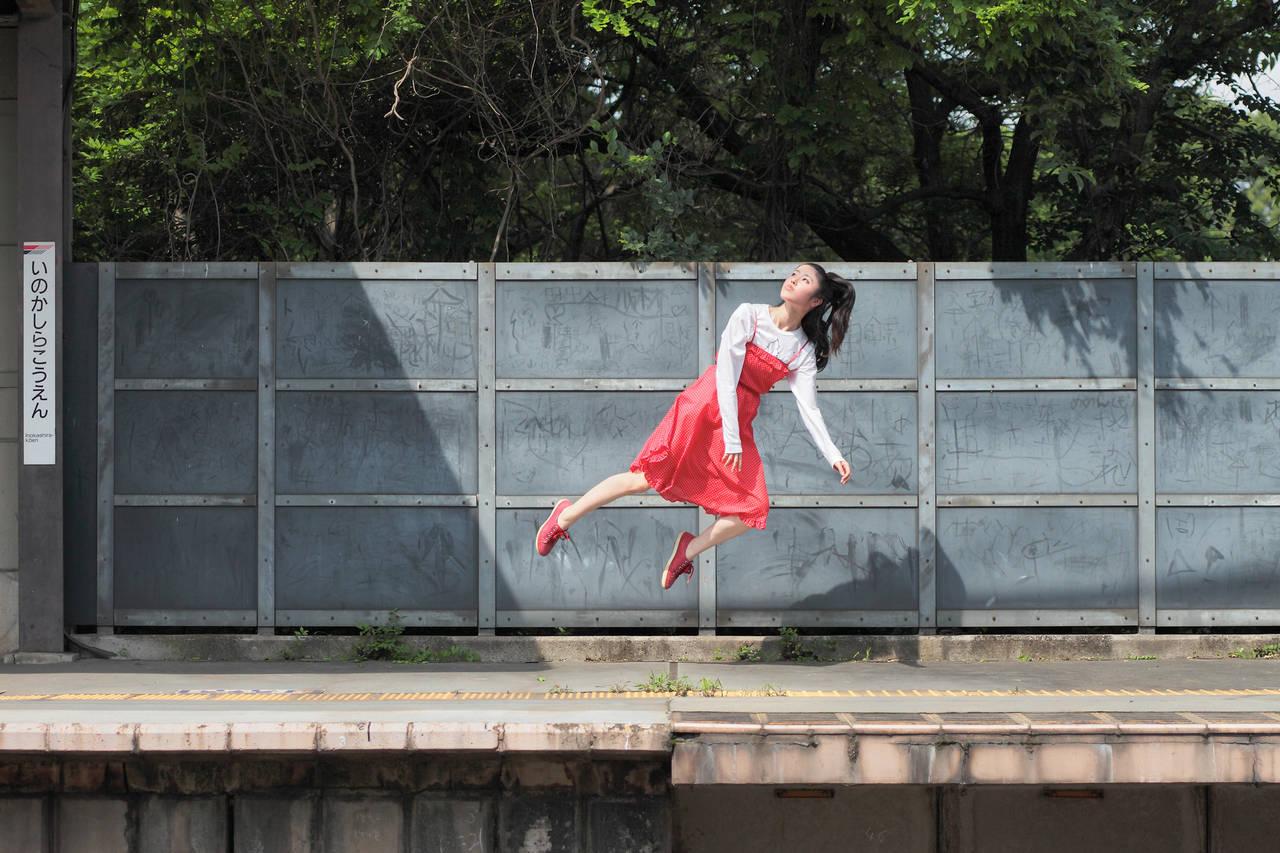 Как сделать человека в воздухе на фото