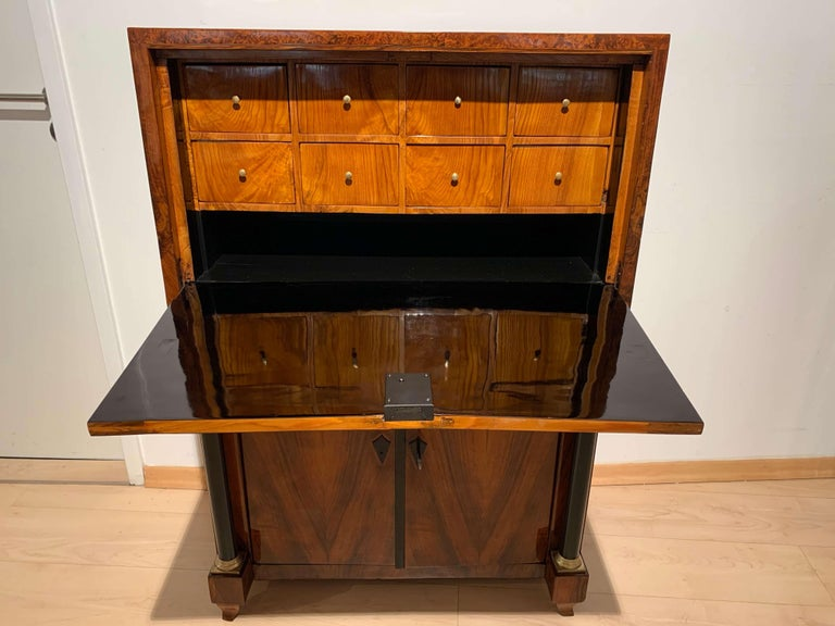 Small Biedermeier Secretaire, Walnut and Ash, Austria/Vienna, circa 1820 For Sale 4