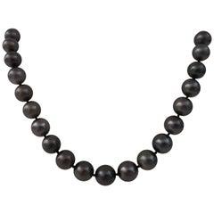Tahiti Pearls Natural Color, Round Shape, 18 Karat Gold