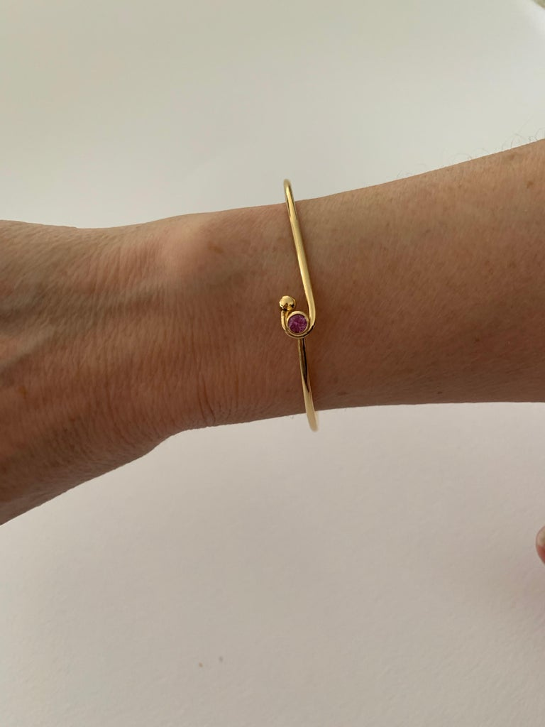 Women's or Men's 0.25 Carat Pink Sapphire Bezel Set in 18 Carat Yellow Gold Wire Bangle For Sale