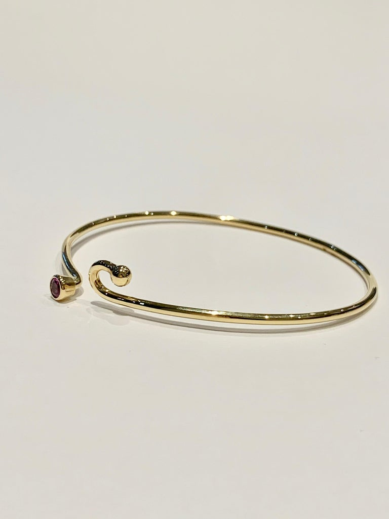 Modern 0.25 Carat Pink Sapphire Bezel Set in 18 Carat Yellow Gold Wire Bangle For Sale