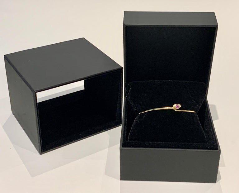 0.25 Carat Pink Sapphire Bezel Set in 18 Carat Yellow Gold Wire Bangle In New Condition For Sale In Chislehurst, Kent