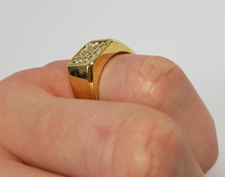 0.75 Carat Round White Diamond 18 Karat Yellow Gold Square Men's Signet Ring In New Condition For Sale In London, GB