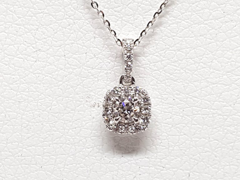 0.83 Carat White Gold Necklace Diamond Halo Solitaire Pendant In New Condition For Sale In Antwerp, BE
