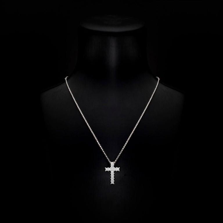Contemporary 0.92 Carat Princess Cut Diamond 18 Karat White Gold Cross Pendant Necklace For Sale