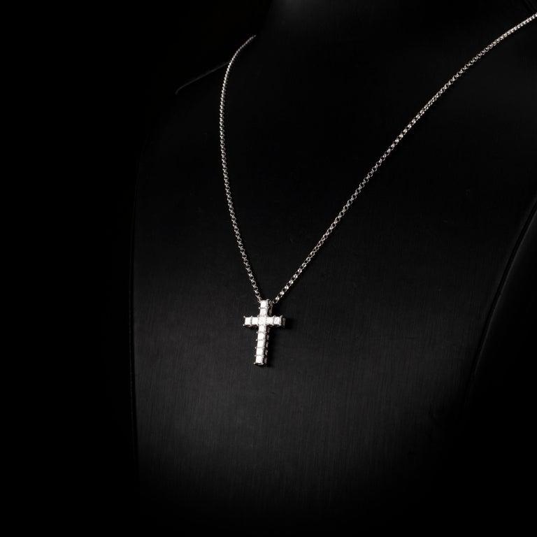 Women's or Men's 0.92 Carat Princess Cut Diamond 18 Karat White Gold Cross Pendant Necklace For Sale