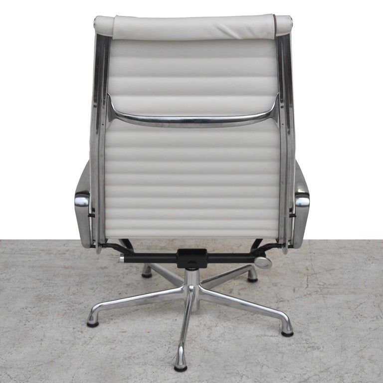 Contemporary '1' Herman Miller Eames Aluminum Group Lounge Chair For Sale