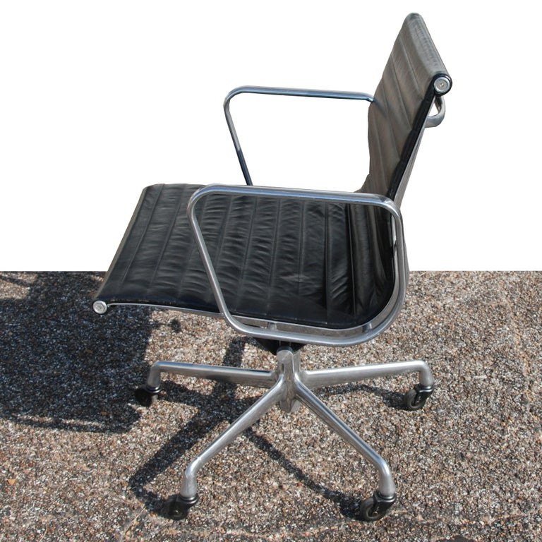 Mid-Century Modern 1 Herman Miller Eames Aluminum Group Management Chair For Sale