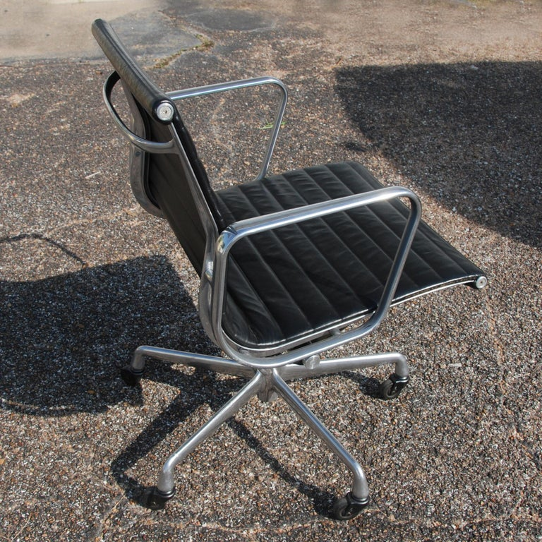1 Herman Miller Eames Aluminum Group Management Chair In Good Condition For Sale In Pasadena, TX