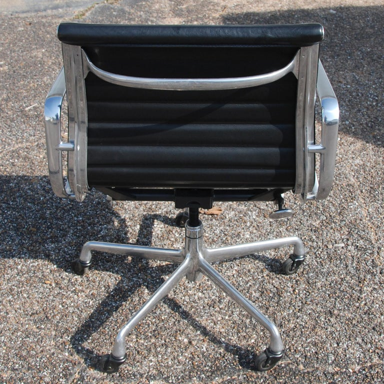 Contemporary 1 Herman Miller Eames Aluminum Group Management Chair For Sale