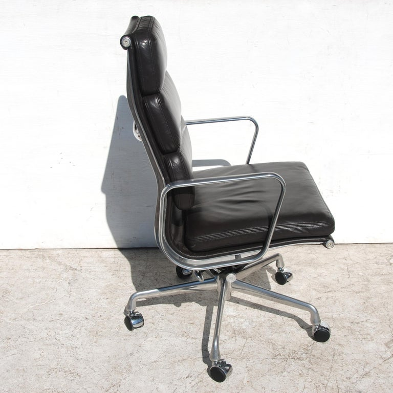 Similar in design to the Aluminum Group series of chairs, the Soft Pad Group offers the same aesthetic with the addition of plush and individually upholstered cushions to the seat and back all on a lightweight, aluminum frame. A comfortable