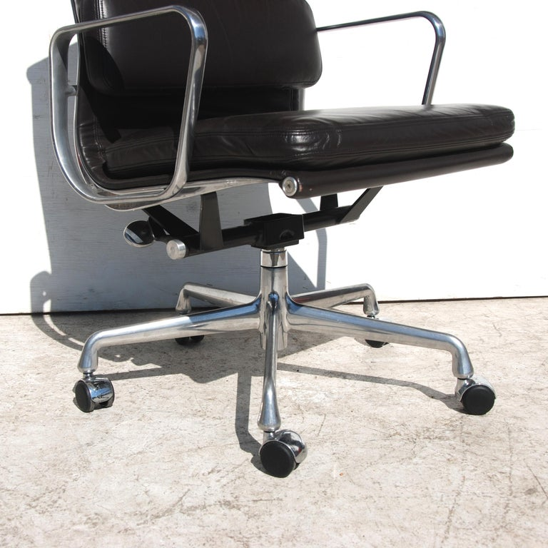1 Herman Miller Eames Executive Soft Pad Chair with Five Star Base In Good Condition In Pasadena, TX