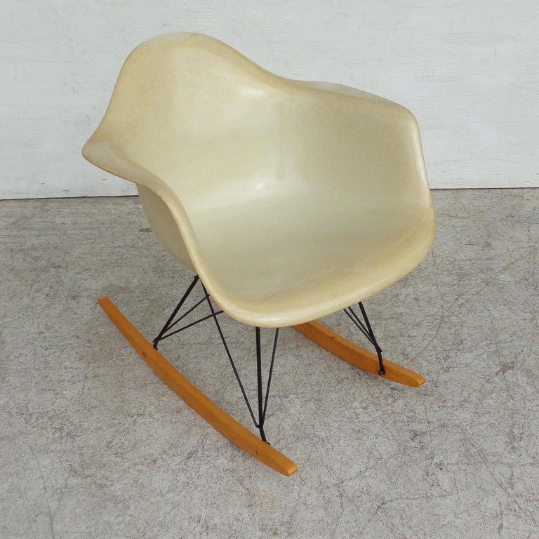 Mid-Century Modern 1 Herman Miller Parchment Shell Fiberglass RAR Rocker by Eames For Sale