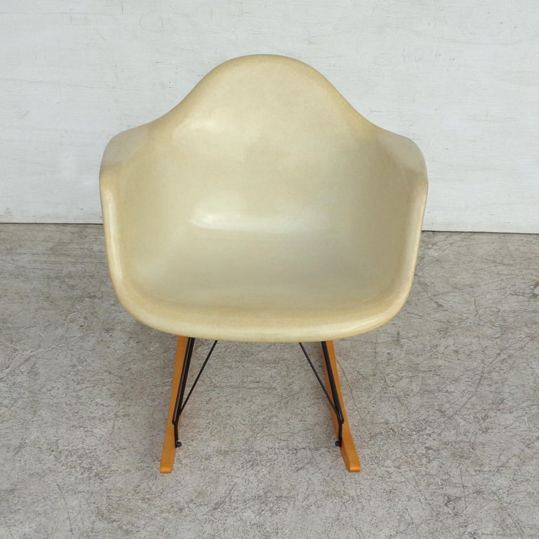 1 Herman Miller Parchment Shell Fiberglass RAR Rocker by Eames In Good Condition For Sale In Pasadena, TX