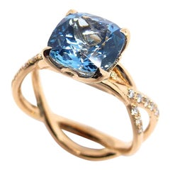 1 Magnificent Aquamarine Set in a 18 Karat Red Gold Ring