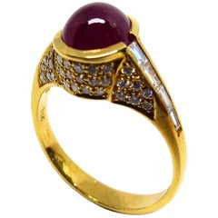 1 Magnificent Ruby Cabouchon Set in a 18 Karat Yellow Gold Ring with Diamonds