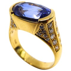 1 Magnificent Sapphire Set in a 18 Karat Yellow Gold Ring with Diamonds