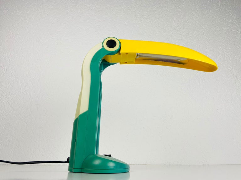 A beautiful table lamp designed by H.T. Huang for Huangslite in the 1990s. It is fascinating with its beautiful toucan design. The lamp is in a very good vintage condition and works perfectly. The head of the lamp is adjustable.