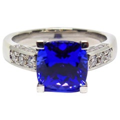 1 Very Fine Tansanite and Diamond 18 Carat White Gold Ring