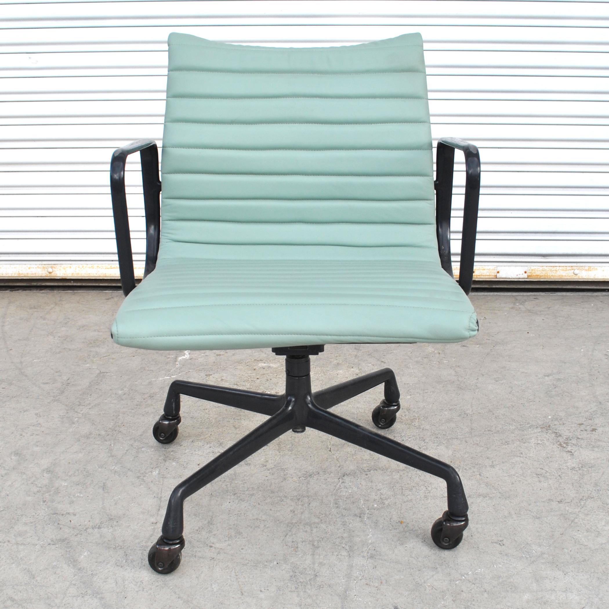 Merveilleux 1 Restored Vintage Eames Aluminum Group Desk Chair