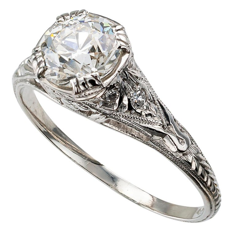 1.00 Carat Art Deco Diamond Solitaire Platinum Engagement Ring In Good Condition For Sale In Los Angeles, CA