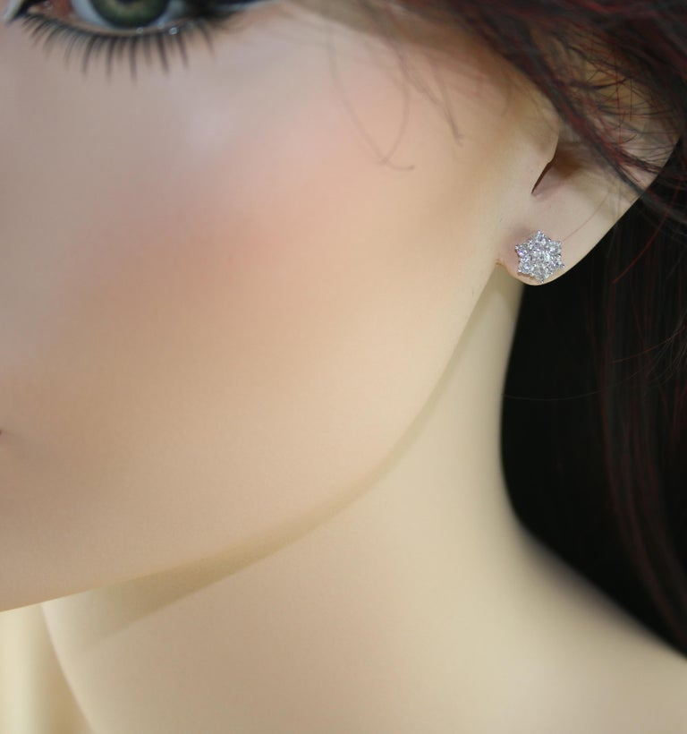 1.00 Carat Diamond Flower Gold Stud Earrings In Excellent Condition For Sale In New York, NY