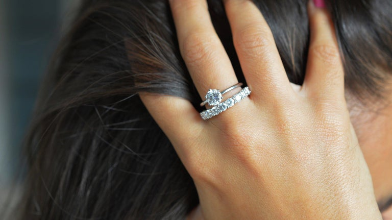 Contemporary 1.00 Carat Round Cut Moissanite 18 Karat White Gold Engagement Ring For Sale