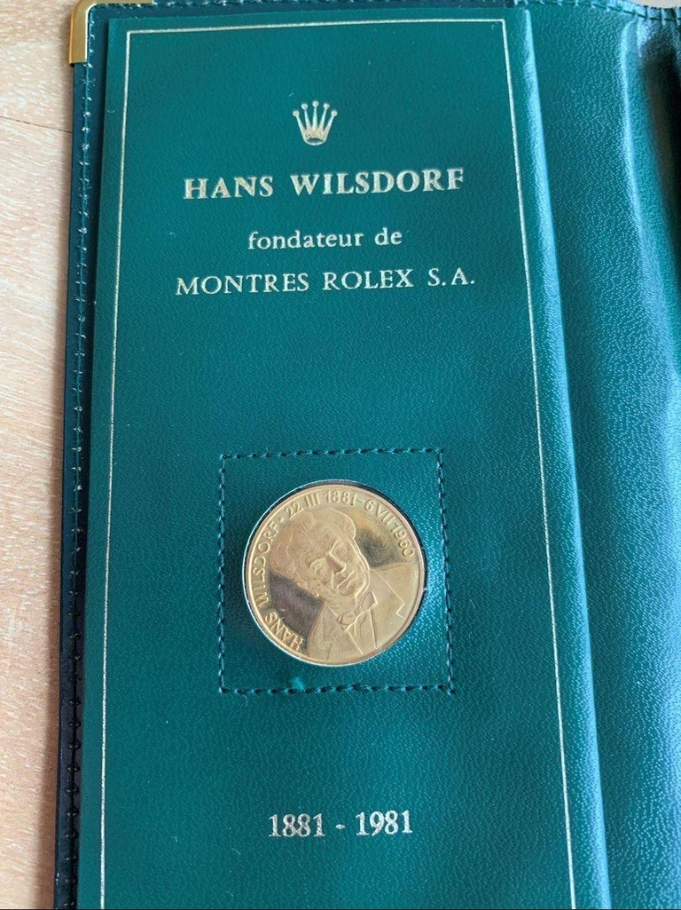Rolex gold coin Hans Wilsdorf  Was coined for the 100th birthday of the Rolex founder in 1981  Full set incl. Lead pencil (probably 14 carat gold, 3 grams)  Set comprising: 10 grams gold coin, envelope, lead pencil, 6 original Rolex note