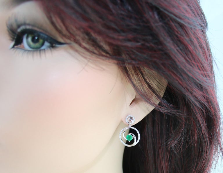 1.02 Carat Emerald Diamond Gold Dangle Swirl Earrings In New Condition For Sale In New York, NY