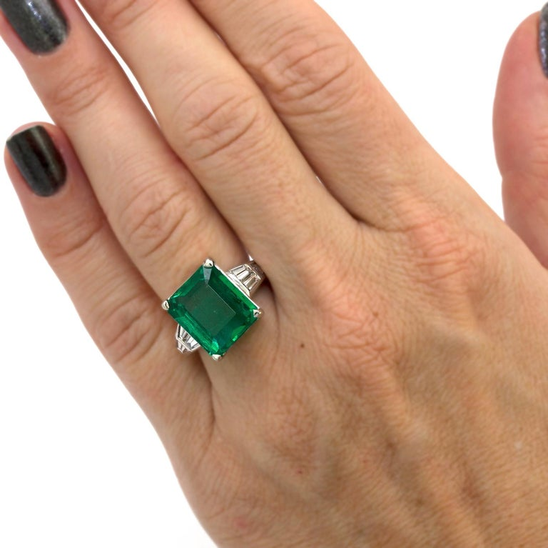 10.23 Carat Natural Columbian Emerald and Diamond Ring In Good Condition For Sale In New York, NY