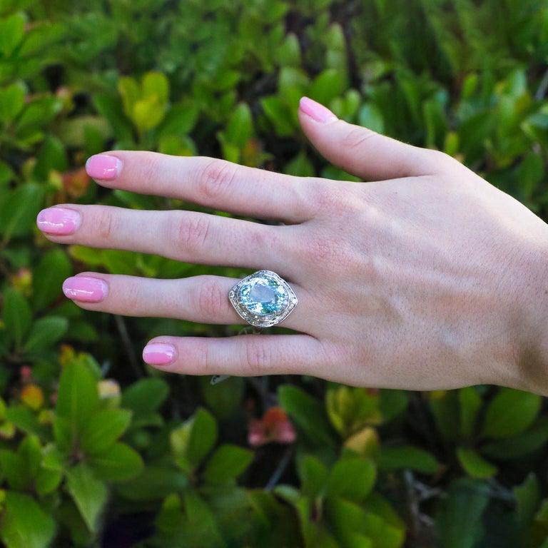 • 10.50 Carat aquamarine • 1.50 Carats of diamonds • 18K Gold • Beautiful design  Gift box included and Custom ring sizing avaible!