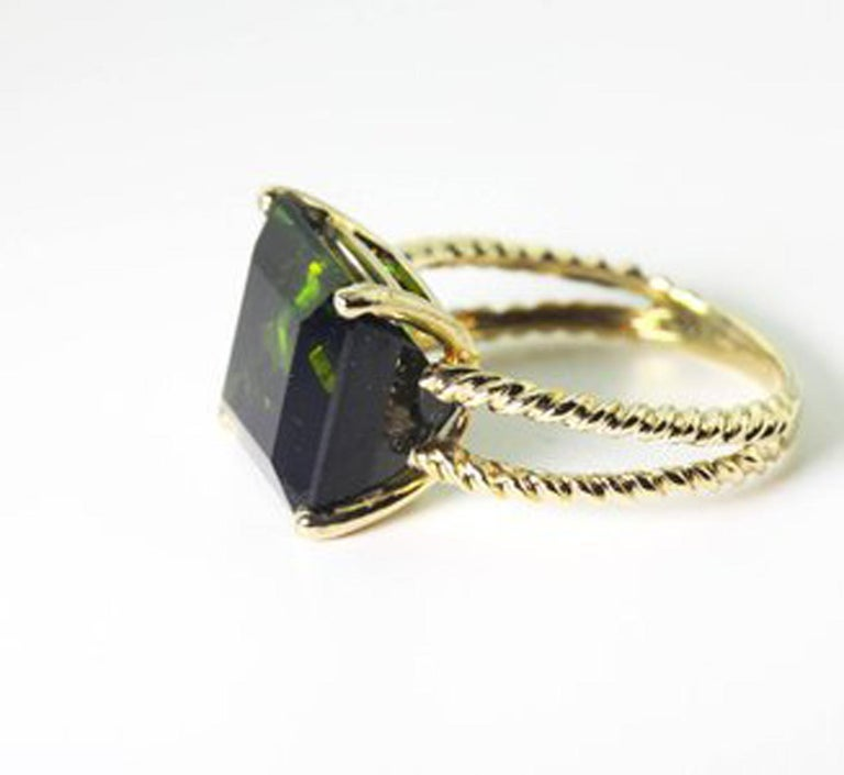 Gemjunky Translucent 10.96 Cts Glittering Green Tourmaline 14Kt Yellow Gold Ring In New Condition For Sale In Tuxedo Park , NY