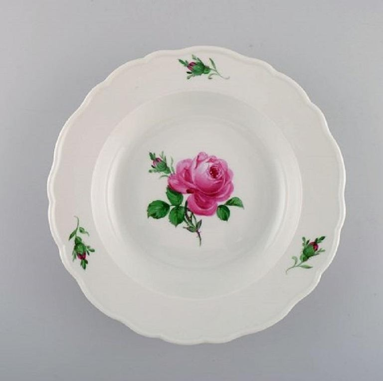 11 antique Meissen soup plates in hand-painted porcelain with pink roses, early 20th century. Measures: 23.5 x 4.3 cm. In excellent condition. Stamped. 2nd factory quality.