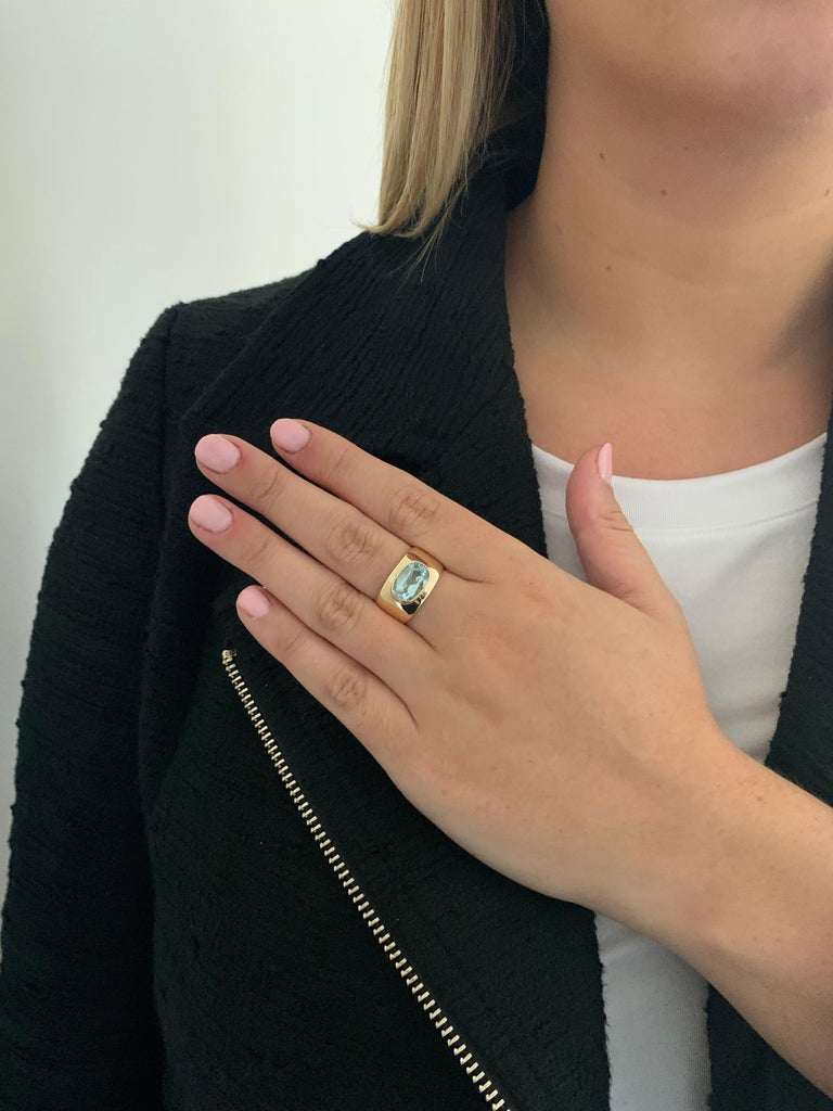 Oval Aquamarine in Wide 9 Carat Yellow Gold Band For Sale 2