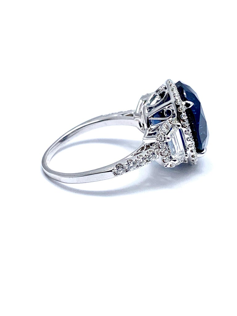Women's or Men's 11.38 Carat Oval Sapphire and Diamond 18 Karat White Gold Cocktail Ring For Sale