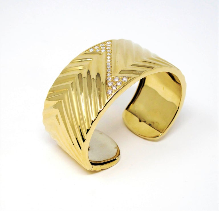 Round Cut 1.16 Carat Diamond Zig Zag Wide Cuff Hinged Bracelet 18 Karat Yellow Gold For Sale