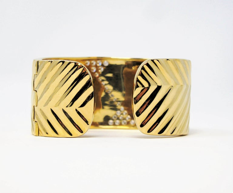 1.16 Carat Diamond Zig Zag Wide Cuff Hinged Bracelet 18 Karat Yellow Gold In Good Condition For Sale In Scottsdale, AZ