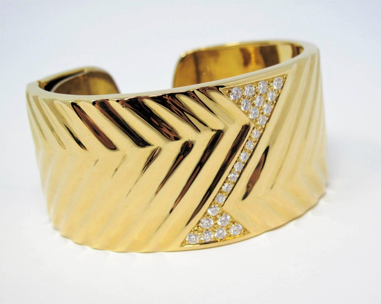 1.16 Carat Diamond Zig Zag Wide Cuff Hinged Bracelet 18 Karat Yellow Gold For Sale 1