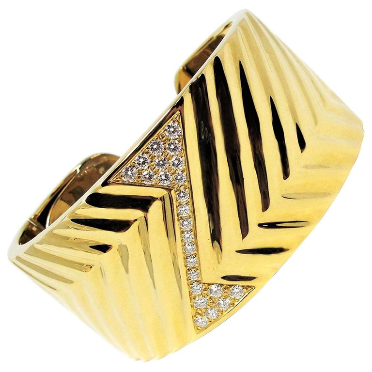 1.16 Carat Diamond Zig Zag Wide Cuff Hinged Bracelet 18 Karat Yellow Gold For Sale