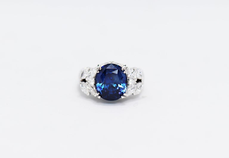 11.92 Carat Natural Unheated Blue Sapphire and Diamond 18ct Gold Cocktail Ring In Excellent Condition For Sale In London, GB