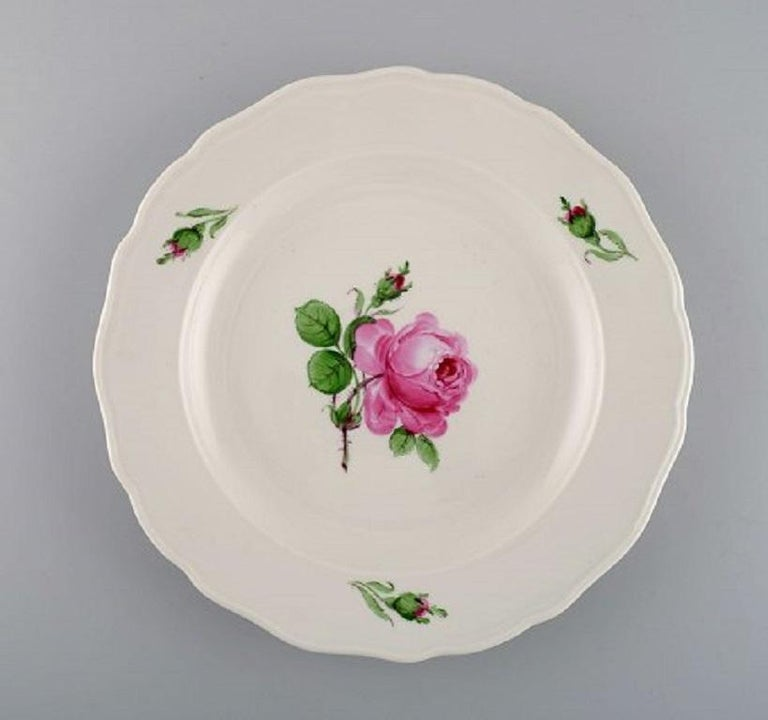 12 antique Meissen dinner plates in hand painted porcelain with pink roses, early 20th century.