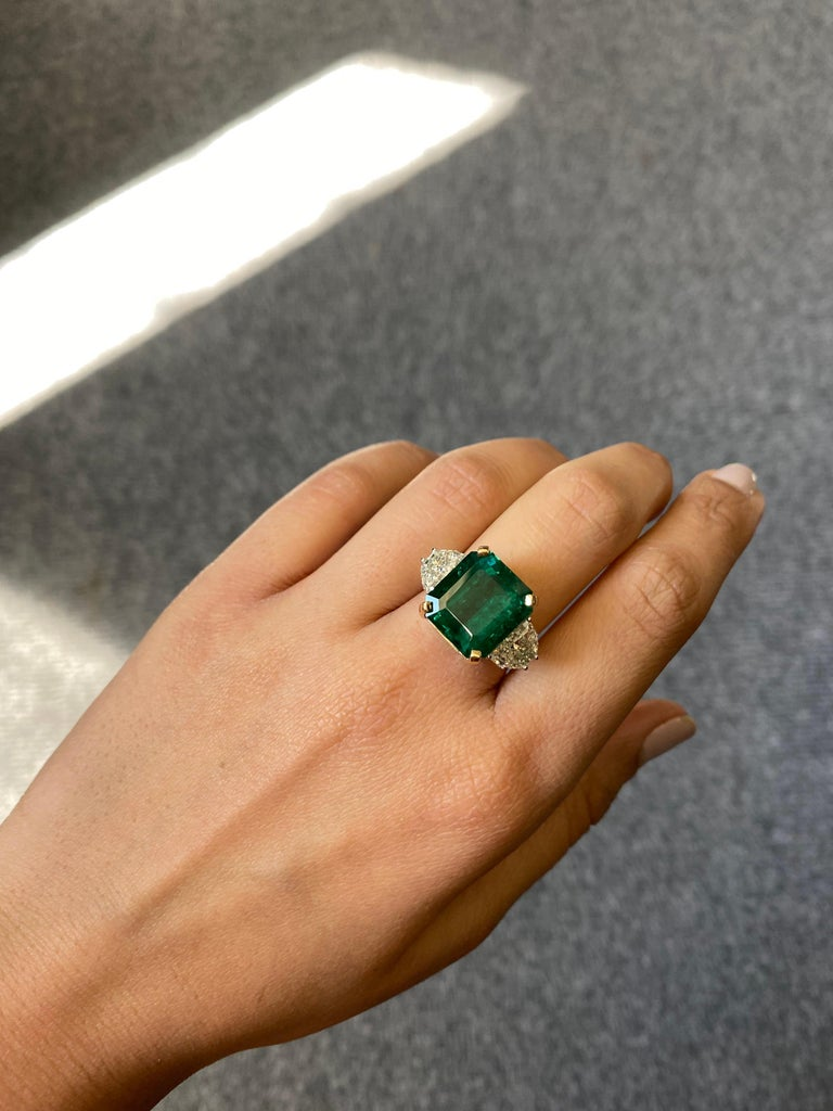 12.17 Carat Emerald and Diamond Three-Stone Engagement Ring In New Condition For Sale In Bangkok, Thailand