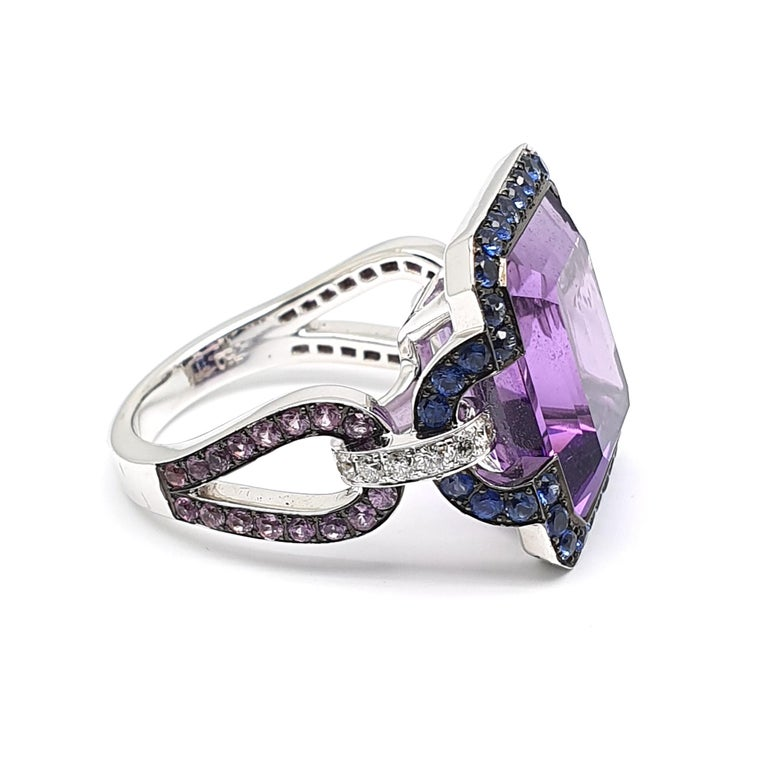 Art Deco 12.18 Carat, 8 Angled Amethyst Ring in 18 Karat Gold, Lilac Corunds and Diamonds For Sale