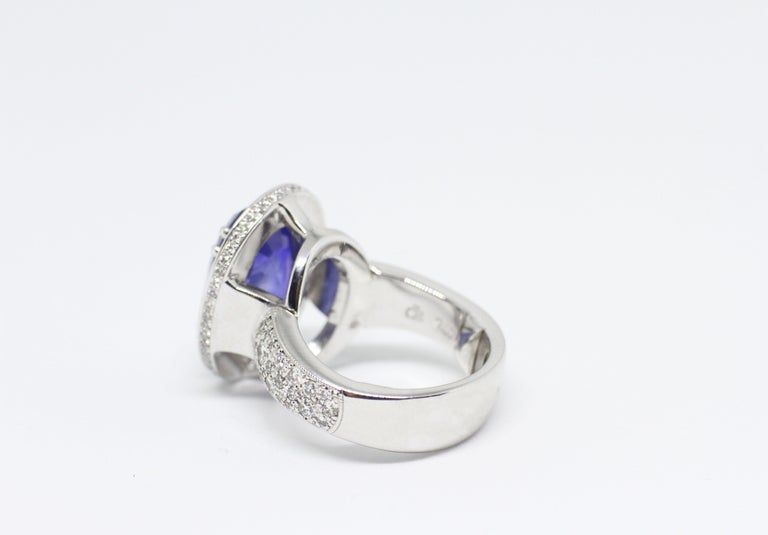 12.59 Carat Natural Oval Blue Sapphire and Diamond 18 Carat Gold Cocktail Ring In Excellent Condition For Sale In London, GB