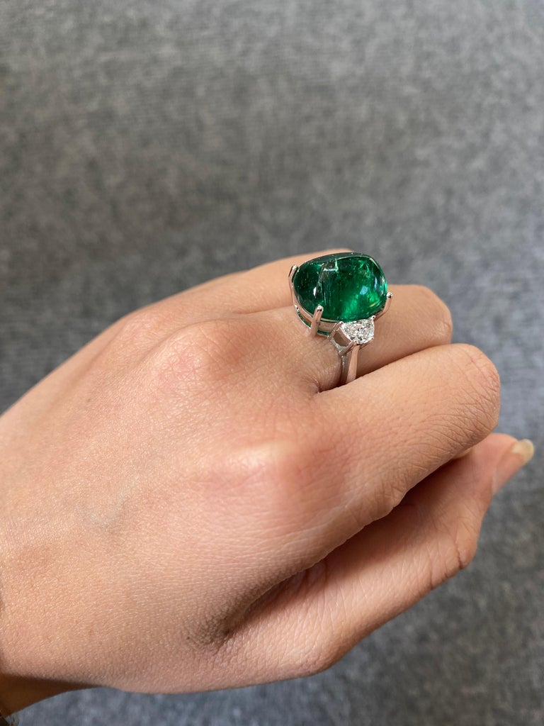 Certified 13.47 Carat Sugarloaf Emerald and Diamond Three-Stone Engagement Ring In New Condition For Sale In Bangkok, Thailand