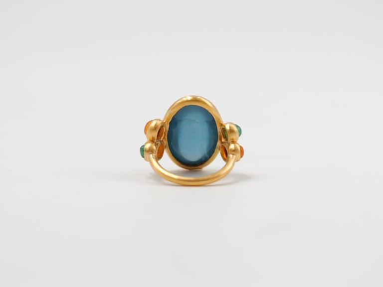 Oval Cut Scrives 13.5 Carat Aquamarine Emerald Cornaline Cabochons 22 Karat Gold Ring For Sale