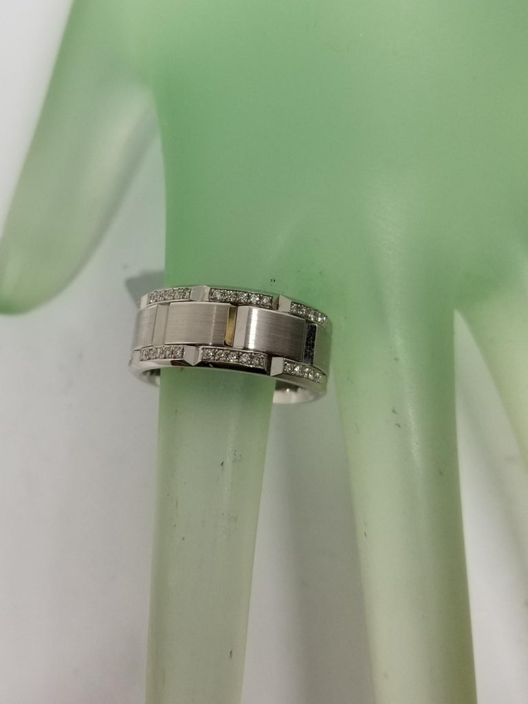 14 Karat White Gold Diamond Pavé Link Ring with Matte Finish In New Condition For Sale In Los Angeles, CA