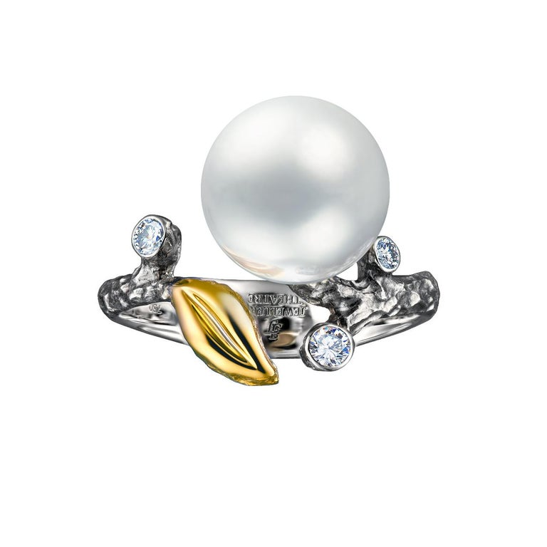- 4 Round Diamonds - 0,12 ct, F/VS - 10,5-11 mm White South Sea Pearl - 14K White Gold  - Weight: 5.11 g - Size: 16.5 mm This ring from the Eden collection features a lustrous White South Sea pearl of 10,5-11 mm diameter. The design is complete with
